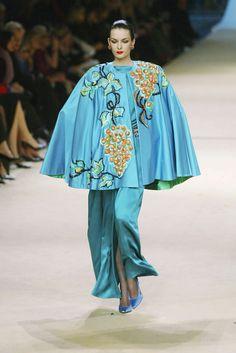 Yves Saint Laurent at Couture Spring 2002 - Livingly Fashion Wear, Couture Fashion, Fashion Photo, High Fashion, Vintage Wear, Vintage Fashion, Ysl, Christian Dior, Yves Saint Laurent Paris