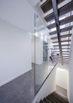 (주)건축사사무소유오에스 の モダンな 廊下&階段