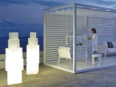 """""""Grundlegende geometrische Formen um lichtdurchflutete Räume zu schaffen. Diese tragbaren Außenleuchten können mit jeder Kollektion kombiniert werden. Ein dekoratives Element mit Eigenlicht."""""""