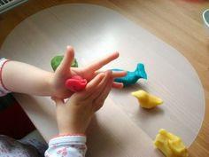 Knete: 3Becher Mehl, 3Becher Salz, 2Tueten Backpulver, 3EL Öl, 3Becher Wasser, Lebensmittelfarbe, mischen, erwärmen, nach abkühlen mit Lebensmittelfarbe färben Diy For Kids, Crafts For Kids, Diy And Crafts, Arts And Crafts, Happy Kids, Diy Hacks, Mom Blogs, Kids And Parenting, Kids Playing