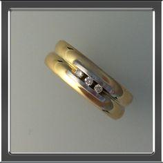 Twee trouwringen vermaakt met diamant. Sparkly Jewelry, Gemstone Jewelry, Dad Rings, Wedding Ring Necklaces, Diamond Rings, Wedding Bands, Sparkle, Bling, Gemstones