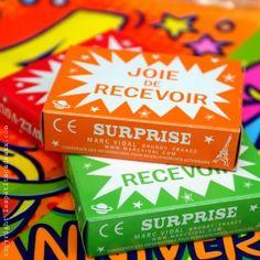 on recevait ces boîtes colorées en mettant quelques francs dans la machine à tirettes de la foire
