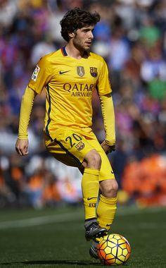 Sergi Roberto of Barcelona controls the ball during the La Liga match between Levante UD and FC Barcelona at Ciutat de Valencia on February 07, 2016 in Valencia