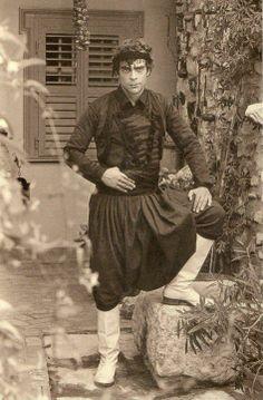 ΚΡΗΤΗ Oι φωτογραφίες είναι από το λεύκωμα που κυκλοφόρησε το 2004 η Καλλιόπη με… Greece History, Greece Photography, Greek Art, Folk Costume, Male Face, Dress Code, Dance Costumes, Illustrator, Travelling