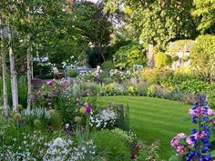 25 Beautiful Front Yard Cottage Garden Inspiration Ideas - DoitDecor