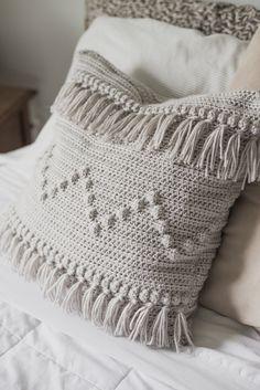 Free Crochet Pattern for The Funky Fringe Pillow — Megmade with Love crochet pillow Crochet Pillow Cases, Crochet Pillow Pattern, Crochet Cushions, Crochet Afghans, Crochet Stitches, Crochet Patterns, Crochet Granny, Crochet Cushion Cover, Crochet Blankets