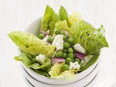 Römersalat mit Erbsen, Schafskäse und Zwiebeln ist ein Rezept mit frischen Zutaten aus der Kategorie Gemüsesalat. Probieren Sie dieses und weitere Rezepte von EAT SMARTER!