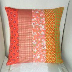 Housse de coussin orange, corail et vert anis, en coton, fleurs et vichy, patchwork