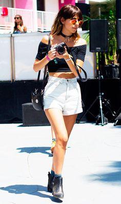 Street style look com blusa ombro a ombro e shorts preto.
