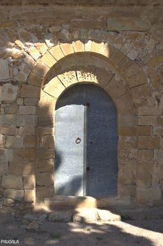 La portada prerománica tiene dos arcos de medio punto en gradación. Sant Esteve de Canapost. Siglos IX - XII. Canapost. Girona