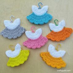This post shows you how to Crochet Mini Baby Shower Favors with Free Patterns. Sweet and easy Mini Dresses are perfect for Baby Shower. Thread Crochet, Crochet Motif, Crochet Dolls, Crochet Stitches, Crochet Baby, Free Crochet, Knit Crochet, Crochet Keychain, Crochet Earrings