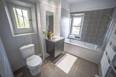"""Notre village """"la Tour Carrée"""" vous présente ses nouvelles salles de bains. Venez découvrir notre nouveau village """"la Tour Carrée"""" en Provence, avec le chant des cigales, parfait pour des vacances apaisées. Pas loin du bord de mer, vous pourrez flâner sur la plage. Propice pour la détente et de nombreuses découvertes. #salledebain #décoration #idée #location #alpes #maritime #peymeinade #lumineuse #blanc #beige #carrelage #serviette #salledeau #fleurs #baignoire #ternélia"""
