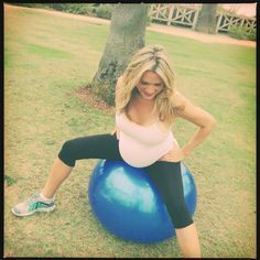 I'm Birth Ball CRAZY ! Ways to use the birth ball during pregnancy , birth and after … - Using an exercise ball through pregnancy, labor, and postpartum - Pregnancy Labor, Pregnancy Health, Pregnancy Workout, Pregnancy Fitness, Pregnancy Clothes, Future Maman, Future Baby, Birth Ball Exercises, Birthing Ball
