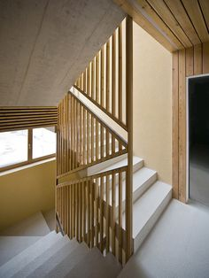 Gallery of Alpine Ski Apartments / OFIS arhitekti - 10 - Escalier Staircase Handrail, Stair Railing Design, Wood Stairs, Modern Staircase, House Stairs, Stairs Architecture, Architecture Details, Modern Architecture, Interior Stairs