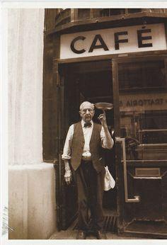 Herr Hawelka vor dem Eingang des Cafés Hawelka, Wien