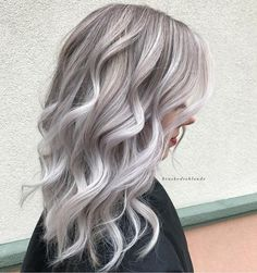 21 Icy Blonde Hair with Dark Roots Colour Ideas - balayage hair underlights Cold Blonde, Blonde Hair With Roots, Silver Blonde Hair, Platinum Blonde Hair, Silver Ombre, Silver Ash, Gray Hair, Grey Ombre, Blonde Hair With Silver Highlights
