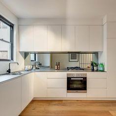 Stilvolle Weiße Küche Mit Küchenrückwand   Spiegel