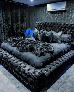 Now this is something particularly for black color lovers r u from that category? A room should never allow the eye to settle in one place. It should smile at you and create fantasy home decor decoration salon decoration interieur maison Room Ideas Bedroom, Bedroom Inspo, Home Decor Bedroom, Black Bedroom Decor, Master Bedroom, Silver Bedroom, Black Bedrooms, Black Bedroom Furniture, King Bedroom Sets