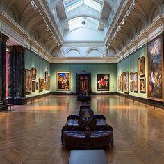 """""""I ricordi di uno storico dell'arte non sono soltanto come molti inclinano a credere ricordi di tavolino e di scintille scoccate automaticamente tra la pila fotografica e la pila documentaria ma anche e molto piu di viaggi senza meta d'incontri fortuiti di lunghi approcci con le opere ostinatamente mute nei pomeriggi che spiovono dai lucernari dei musei: questi amatissimi paesaggi della nostra vicenda particolare"""" (Longhi 1942) --- London @national_gallery: """"The view down Room 32 where you…"""