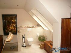 Das geräumige Badezimmer befindet sich ebenfalls im Obergeschoss und verfügt über zwei Waschbecken, einer Toillette und einer Dusche.