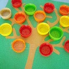 jesienne drzewko z nakrętek - praca dla dzieci Lego Boards, Autumn Crafts, Diy And Crafts, Treats, Halloween, Children, 1st Grades, Activities, October