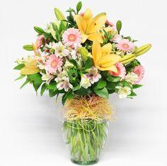 Arreglo Floral Toloache, materiales: Jarrón de vidrio con lilis, minigerberas y alstroemerias. - Medidas: altura: 60cm ancho: 40cm http://www.toloachefloral.com/index.php/arreglos-florales/cumple-envia-flores/cum09.html