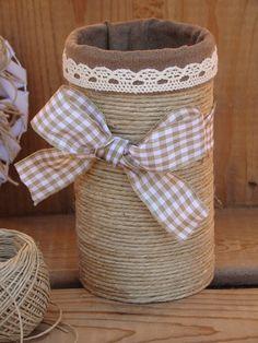"""Ce contenant est en fait une boîte de conserve recyclée. Avec sa décoration """"nature"""" avec des fibres naturelles du tissu et de la dentelle. Vous pourrez l'exposer partout dans - 17932517"""