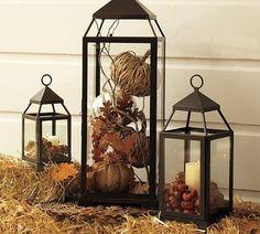 des lanternes noires avec de petites citrouilles et de feuilles