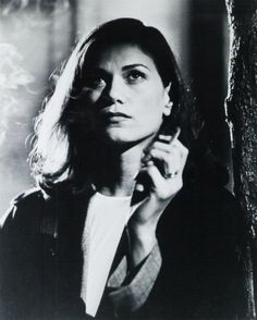 Linda Fiorentino in 'The Last Seduction' Linda Fiorentino plays the baddest of bad gals. Peter Berg & Bill Pullman trail along, caught in the ever-lengthening tendrils of her web. Women Smoking, Girl Smoking, People Smoking, Film Noir Fotografie, Film Noir Photography, Beautiful Female Celebrities, Beautiful Women, Anita Ekberg, Ursula Andress