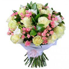 Бело-розовый букет – воздушный, как зефир, пышный и невероятно красивый, как подвенечное платье невесты. Роскошный презент для милой дамы! Восхитительные бутоны нежного оттенка топленого молока и чудные капельки розовых головок кустовой розы прекрасно подчеркиваются плотной зеленью рускуса.