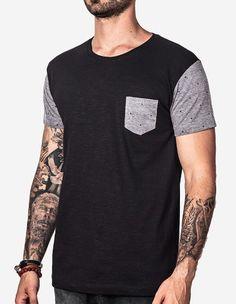 T-shirts preta com bolso e mangas na cor cinza estampado.