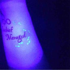 . UV Tattoos werden seit einiger Zeit in den sozialen Netzwerken gehyped bis der Arzt kommt. Entweder man hasst diese Motive oder man liebt sie, dazwischen gibt es nicht wirklich viel. Diese Tattoos sind überaus experimentell und aufgrund ihrer Farben für uns für euch im Grunde nicht empfehlenswe…