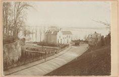 Het gezicht in de richting van de Waal, middenin het kantoor van het polderdistrict de Circul van de Ooij, 1880