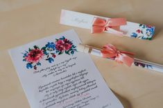 Festett hatású virág mintákkal díszített meghívó. A hasáb alakú dobozában található a szatén szalaggal díszített kémcső. A benne található, mintával díszített pauszpapíron olvashatóak a meghívóra megálmodott szövegek. A pauszpapír feltekerve, organza szalaggal átkötve található a kémcsőben. #kémcsövesmeghívó #esküvőimeghívó #meghívó #testtube #testtubeinvitation  #üzenetapalackban  #kreatívcsiga #weddinginvitation #wedding #invitation #esküvő #vízfesték #watercolorpainting #vintageinvitation Tableware, Dinnerware, Tablewares, Dishes, Place Settings