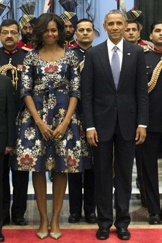 First Lady Michelle Obama and President Barack Obama. Michelle matched her ornate dress to the color scheme on her trip to India. Michelle Obama Flotus, Barak And Michelle Obama, Barrack And Michelle, Michelle Obama Fashion, Joe Biden, Durham, Barack Obama Family, Obamas Family, Presidente Obama