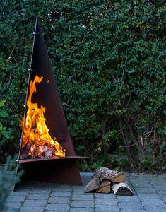 Det er ingen sak å lage dette hyggelige bålstedet, med form som en lavvo. Outdoor Rooms, Outdoor Living, Outdoor Decor, Outdoor Kitchens, Outdoor Fireplace Designs, Outdoor Fireplaces, Steel Fire Pit, Fire Pits, Fire Table