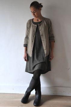 le dimanche 28 octobre : jeanne porte : - un gilet : le vestiaire de jeanne (en vente ICI) - une robe paysan beige : le vestiaire de je...