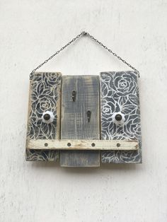 Věšáček+šedý+malý+Věšáček+je+vyroben+z+recyklovaného+dřeva,natřen+barvami+v+šedých+tónech+a+dekorován+motivy+růžiček+(šablonování).+Opatřen+kovovými+háčky,+knopkami+a+řetízkem+na+zavěšeni.+Rozměry+jsou+28x24cm. Home Decor, Decoration Home, Room Decor, Home Interior Design, Home Decoration, Interior Design