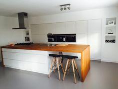 Grijze gietvloer in combinatie met de kvik mano keuken met houten blad en siemens inbouwapparatuur. Merk van de barkruk is onbekend. #keuken #gietvloer #grijs #hout #kvik #mano #kruk #barkruk #bar #nis #siemens