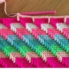 #узоры_крючком@crochetstory Мы считаем, что это красивый и эффектный рисунок. А вам как? Выполнение: вязание основного полотна за заднюю дужку петли + через заданный промежуток, 1 столбик провязываем на несколько рядов ниже + чередование цветов ;)