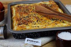 Сочный, хрустящий, румяный и очень вкусный пирог для всей семьи за минимум времени и с минимумом усилий! Я очень люблю выпечку со слоеным тестом. Пирог с начинкой из мясного фарша, картофеля и лука очень хорошо подойдет для семейных ужинов или в качестве горячей закуски к праздничному столу. Такой пирог хорош и в горячем, и в холодном виде. Чем больше лука вы добавите в пирог, тем сочнее он будет.