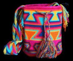 The Mochilas Wayuu we offer are expertly handcrafted by the Wayuu women in la Guajira, Colombia. Mochila Crochet, Street Fashion, Boho Fashion, Bucket Bag, Needlework, Backpack, Crochet Patterns, Tapestry, Colorful