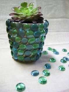 Macetas de barro decoradas con piedras de cristal