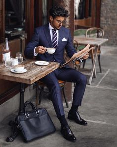 Classic business suits are gaining popularity even in everyday life If you are embarrassed to wear a business suit, then I hope this guide will help you deal with your fears and put the final bullet in your insecurity. Men's Business Outfits, Business Fashion, Business Suits Men, Business Style, Business Formal, Mens Fashion Suits, Mens Suits, Suit Men, Mode Costume