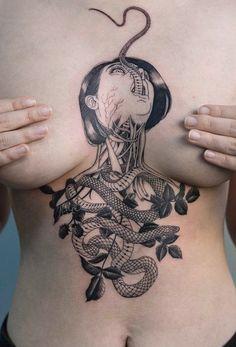 Unique & Cool Medusa Snake Chest Sternum Tattoo Ideas for Women - Ideas únicas y frescas del tatuaje del esternón del pecho de la serpiente de Medusa para las mujeres - www.MyBodiArt.com #TattooIdeasForWomen