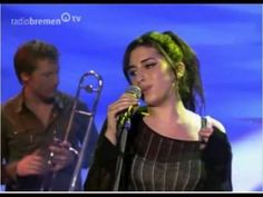 Amy Winehouse - Stronger than me {Bremen T.V . Germany October 2004.}