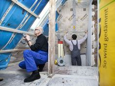 Sie wollen ihr Dach nachträglich dämmen und haben keine Erfahrung mit der Dachisolierung? Bauen.de erklärt die Zwischensparrendämmung Schritt für Schritt!