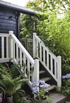 Bamsehytten i Rørvig   Exterior Stairs, Building Exterior, Exterior Paint, Front Porch Railings, Winter Porch, Decking Area, Patio Steps, Cottage Style Homes, Decks And Porches