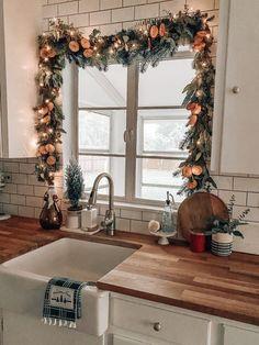 Navidad Simple, Navidad Diy, Decoration Christmas, Noel Christmas, Christmas Garlands, Apartment Christmas Decorations, Xmas, Living Room Holiday Decor, Diy Christmas Kitchen Decor