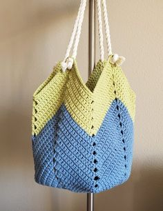 This popular crochet bag is quite easy to make. It's a perfect project for beginners to learn basic crochet stitches and the result will make you proud! Basic Crochet Stitches, Crochet Hook Sizes, Crochet Basics, Crochet Hooks, Crochet Patterns, Crochet Yarn, Crochet Backpack, Crochet Tote, Crochet Handbags